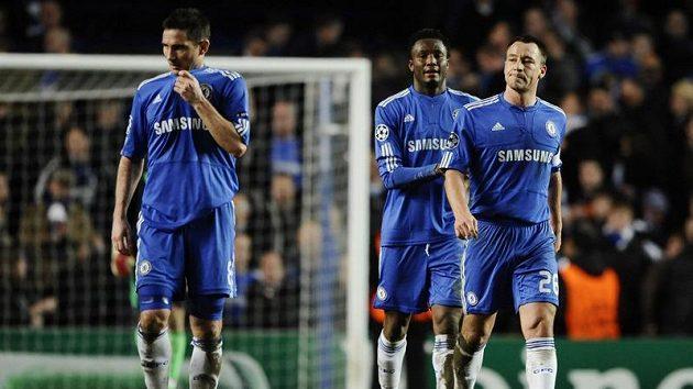 Zklamaní fotbalisté Chelsea Frank Lampard (vlevo), John Obi Mikel (uprostřed) a kapitán John Terry.