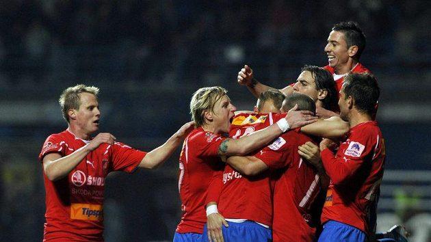 Fotbalisté Plzně se radují z branky