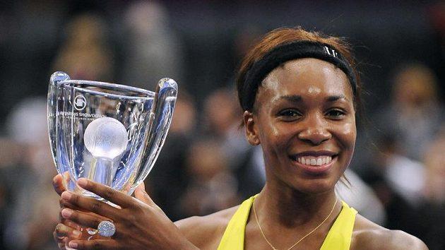 Venus Williamsová s pohárem Billie Jean King Cupu.