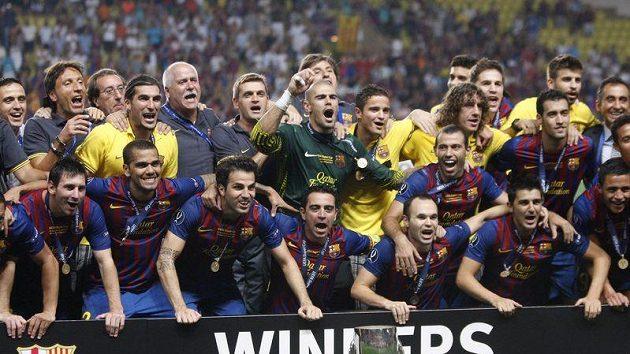Fotbalisté Barcelony slaví po výhře nad Portem v Monaku zisk evropského Superpoháru.
