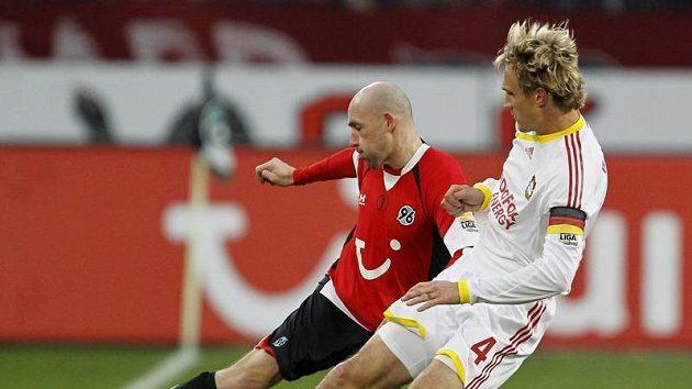 Jiřího Štajnera z Hannoveru (v červeném) se snaží obrat o balón Sami Hyypiä z Leverkusenu