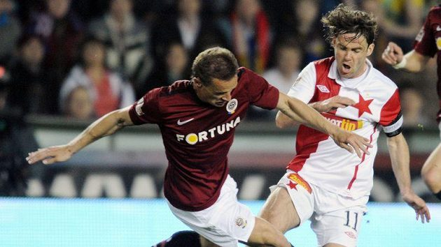 Slávistický kapitán Karol Kisel (vpravo) bojuje o míč s Tomášem Zápotočným ze Sparty.