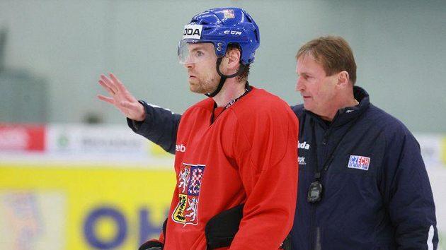 Martin Škoula na tréninku české hokejové reprezentace ještě s koučem Aloisem Hadamczikem.
