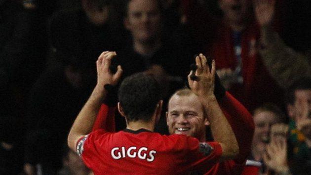 Útočník Manchesteru United Wayne Rooney (vpravo) se raduje se spoluhráčem Ryanem Giggsem z branky.
