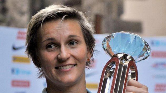 Barbora Špotáková s trofejí pro vítěze Diamantové ligy.