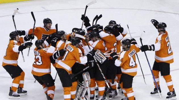 Hokejisté Philadelphie oslavují postup do play-off NHL