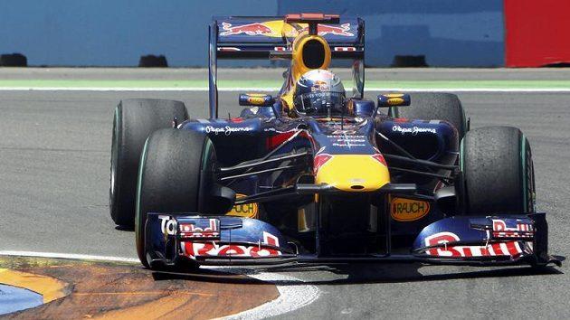 Pilot Red Bullu Němec Sebastian Vettel na trati ve Valencii.