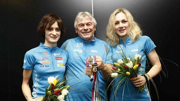 Rychlobruslařky Martina Sáblíková (vlevo) a Karolína Erbanová s trenérem Petrem Novákem