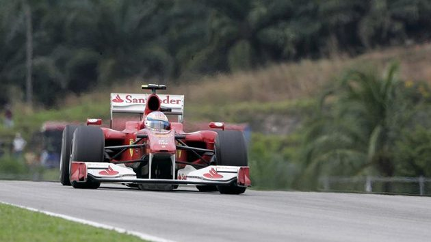 Fernando Alonso v plném tempu se svým ferrari.