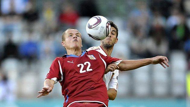 Adam Hloušek (vpředu) se snaží zpracovat míč před dotírajícím hráčem Španělska.