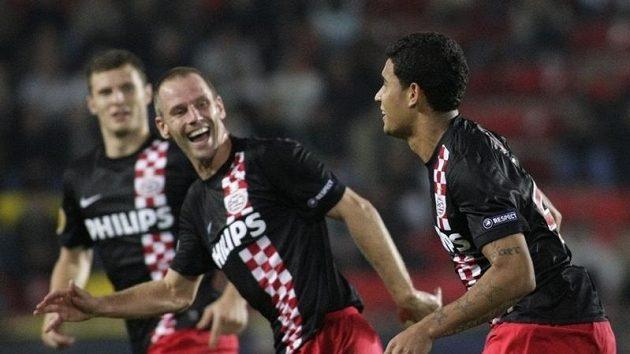 Fotbalisté Eindhovenu se radují z branky.