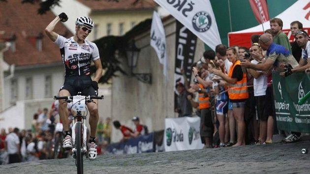 Jaroslav Kulhavý se raduje z vítězství v závodu Pražské schody.