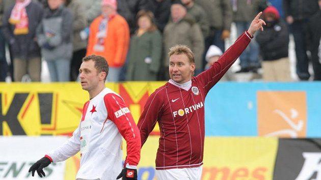 Ivo Ulich v dresu Slavie (vlevo) a útočník Sparty Horst Siegl při tradičním Silvestrovském derby na letné.