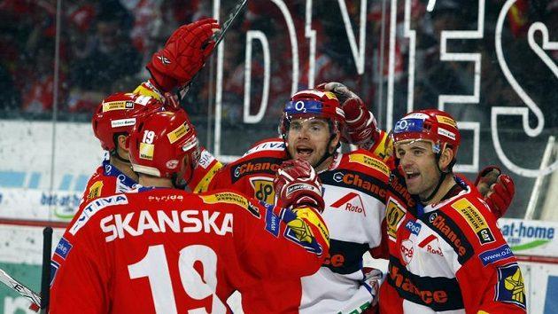 Hokejisté Slavie Tomáš Žižka (uprostřed) a David Hruška slaví gól