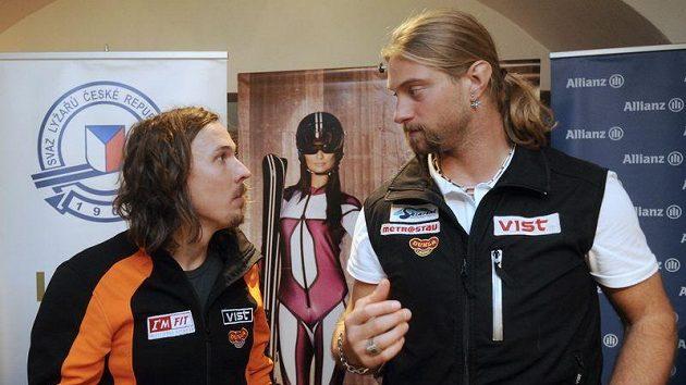 Sjezdaři Ondřej Bank (vlevo) a Filip Trejbal na tiskové konferenci.