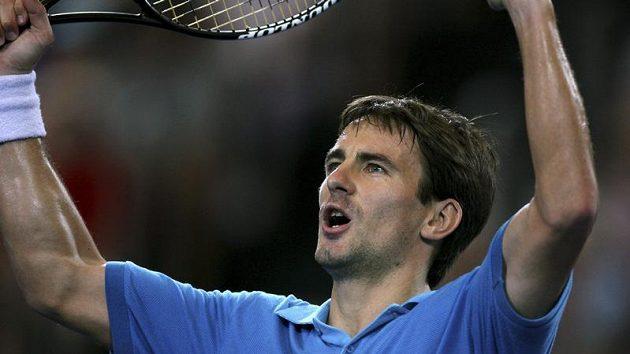 Španélský tenista Tommy Robredo se raduje během zápasu s Američanem Isnerem při Hopmanově poháru