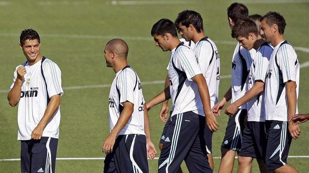Cristiano Ronaldo (vlevo) se svými spoluhráči z Realu Madrid na tréninku