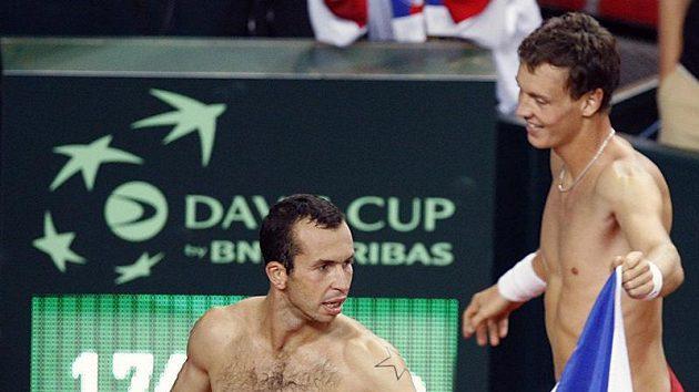 Radek Štěpánek (vlevo) a Tomáš Berdych oslavují výhru nad Chorvaty