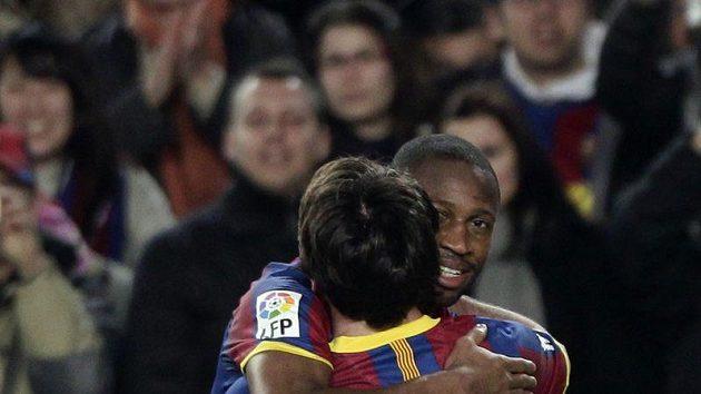 Seydou Keita z Barcelony oslavuje s Lionelem Messim (zády) gól .