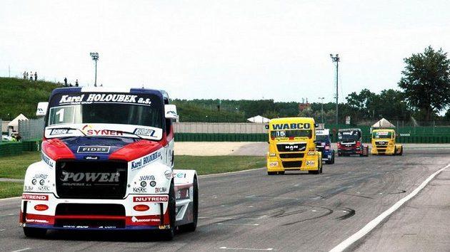 David Vršecký s vozem Buggyra (vlevo), se žlutým manem za ním jede Adam Lacko.