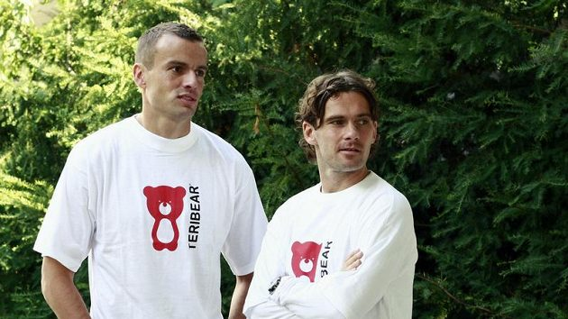Sparťan Erich Brabec (vlevo) a slávista Karol Kisel v tričkách Teribear