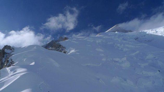 Pohled na Gasherbrum II, kdy ještě horolezcům počasí přálo.