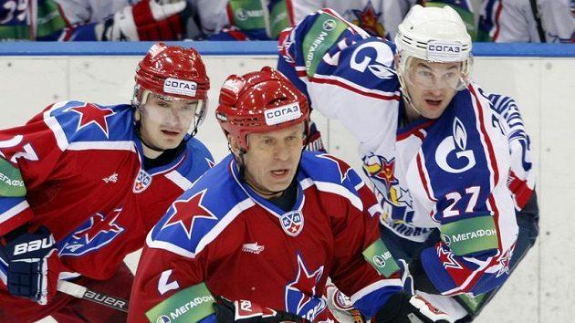 Vjačeslav Fetisov v dresu CSKA Moskva (uprostřed).