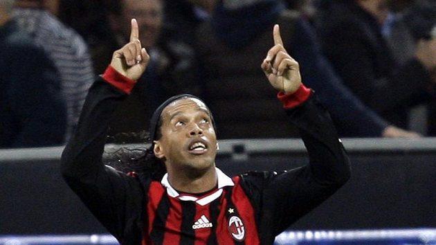 Ronaldinho z AC Milán se raduje z branky do sítě Realu Madrid.