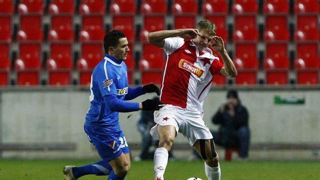 Slávista Petr Janda brání míč před dotírajícím Poliačkem z Baníku Ostrava.