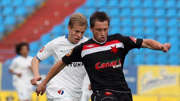 Jechovi se nepovedlo právě utkání v Ostravě, kde hrála Slavia. Na snímku David Hubáček ze Slavie (vpravo) před ostravským Matějem Vydrou.