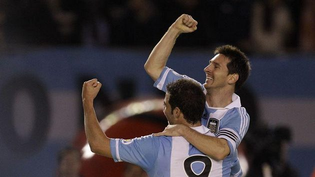 Gonzalo Higuaín (vlevo) a Lionel Messi se radují z vítězství nad Chile.
