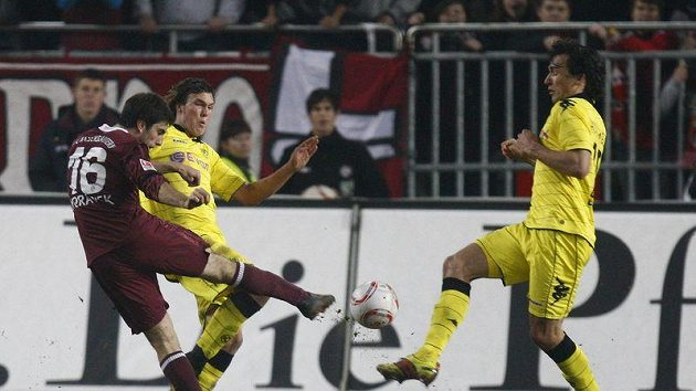 Jan Morávek z Kaiserslauternu střílí gól do sítě Borussie Dortmund.