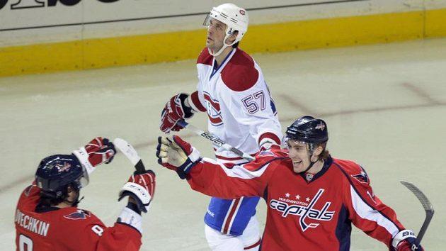 Hokejista Washingtonu Tomáš Fleischmann (vpravo) se raduje po vstřeleném gólu Montrealu.