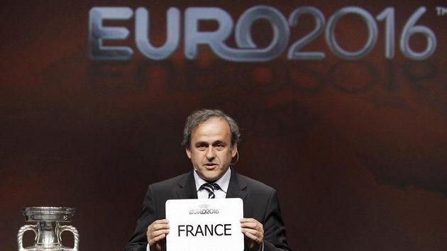 Prezident UEFA Michel Platini drží cedulku s názvem země, která bude hostit mistrovství Evropy v roce 2016.