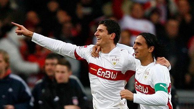 Fotbalista Stuttgartu Mario Gomez (vlevo) se společně s Fernandem Meirou raduje ze svého gólu do sítě mnichovského Bayernu.