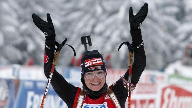 Německá biatlonistka Andrea Henkelová se raduje z vítězství v závodě s hromadným startem v Oberhofu