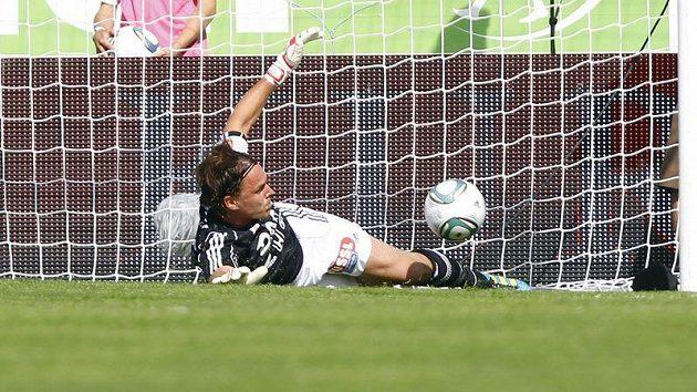 Brankář Riedu Thomas Gebauer inkasuje vlastní gól v zápase se Salcburkem.