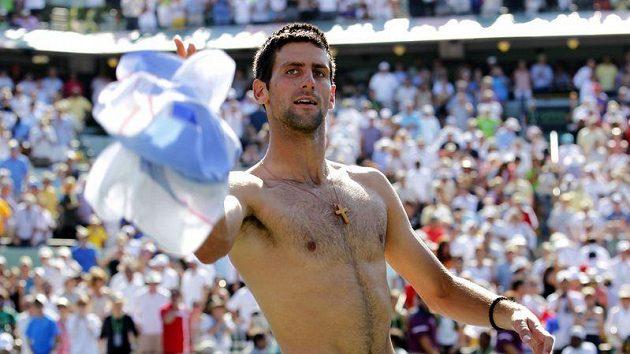 Srbský tenista Novak Djokovič se raduje z vítězství nad Rafaelem Nadalem ve finále v Miami.