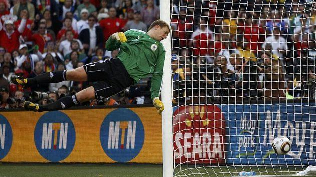 Míč po střele Franka Lamparda směřuje půl metru za brankovou čáru, uruguayský sudí Larionda ale gól v zápase Angličanů s Němci neviděl.