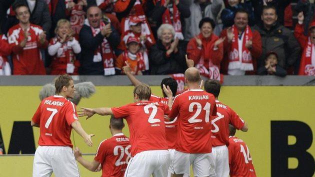 Fotbalisté Mohuče se radují z branky.
