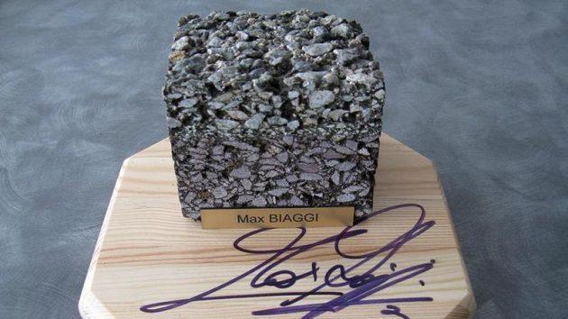 Asfaltová kostka ze staré dráhy Masarykova okruhu s podpisem Maxe Biaggiho.