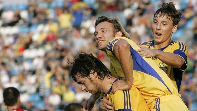Ukrajinští fotbalisté Artem Milevskij (vlevo), Andrej Ševčenko (uprostřed) a Vasyl Kobin oslavují branku do sítě Andorry