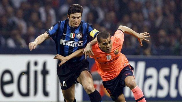 Daniel Alves z Barcelony (vpravo) uniká Javieru Zanettimu z Interu Milán.
