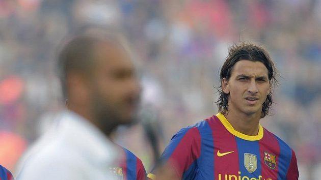 Zlatan Ibrahimovic z povzdálí sleduje kouče Barcelony Guardiolu