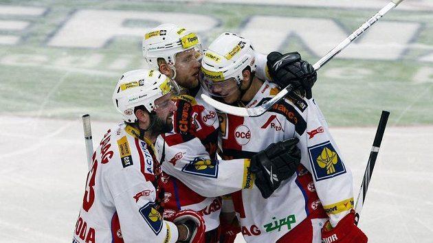 Hokejisté Slavie se radují z branky do třinecké sítě.