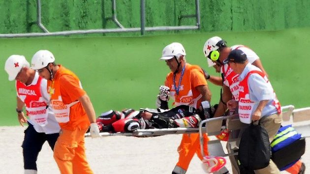 Lékaři odnášejí Šoju Tomizawu na nosítkách. Japonský motocyklista vázně havaroval v září 2010 v GP San Marina a svým zraněním následně podlehl.