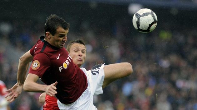 Erich Brabec v dresu Sparty (vlevo) bojuje o míč se Stanislavem Teclem ze Slavie.