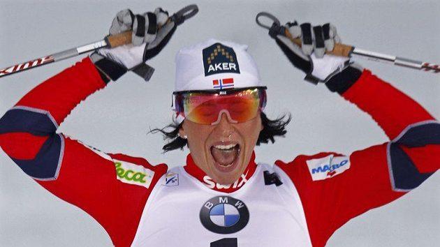 Norská lyžařka Marit Björgenová se raduje z vítězství ve sprintu volnou technikou na domácím mistrovství světa.