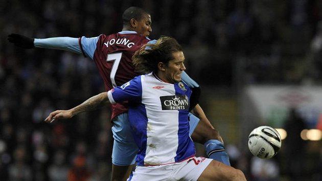 Michael Salgado v dresu Blackburnu (vpředu) se snaží ubránit Ashleyho Younga z Aston Villy.