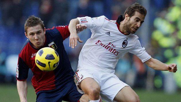 Bývalý sparťan Juraj Kucka (vlevo) v dresu FC Janov znepříjemňuje život Mathieu Flaminimu z AC Milán.